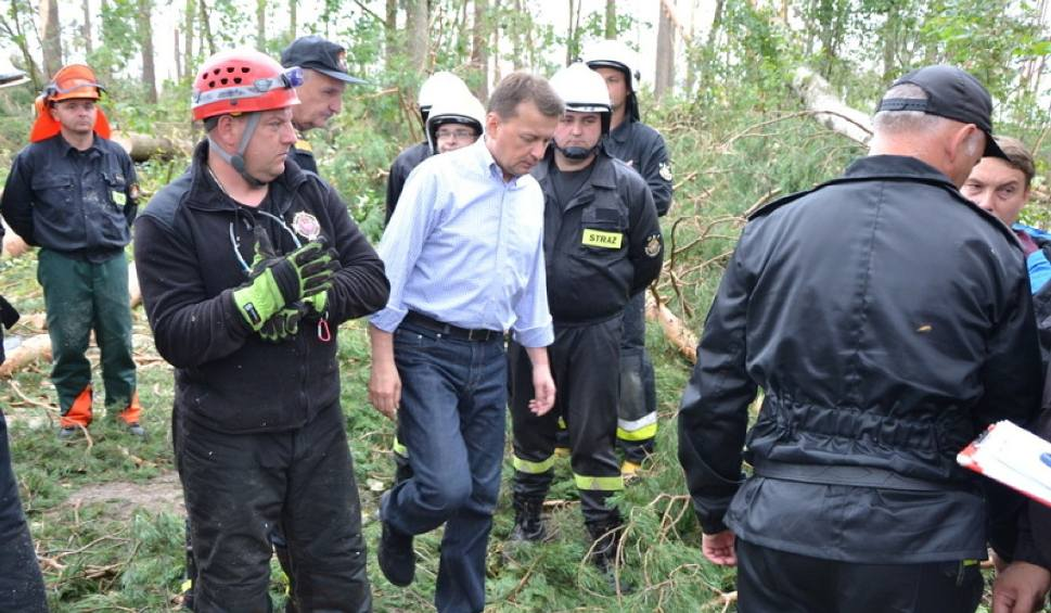 """Film do artykułu: M. Błaszczak spotkał się ze strażakami koło Suszka. """"Zrobiliśmy wiosła ze znaku, z desek, konarów"""""""
