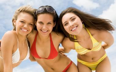 Nie musisz mieć figury modelki, by wskoczyć w bikini, bo każde ciało jest wystarczająco dobre, by wyjść na plażę. Jeśli jednak masz taką potrzebę, by