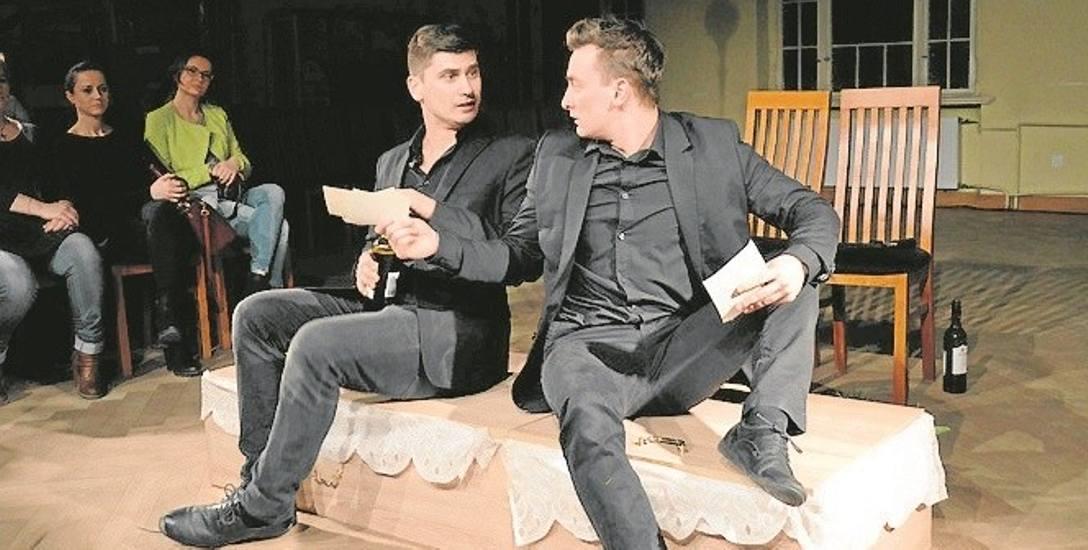 """Od lewej Piotr Stawski i Przemysław Niedzielski w spektaklu """"Wyspa""""."""