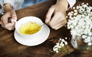 Herbaty ziołowe, które warto pić. Wzmacniają odporność, leczą stany zapalne i łagodzą obrzęki. Jakie zioła stosować na dolegliwości?