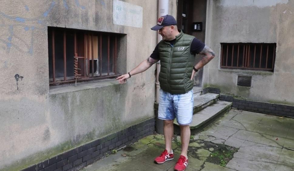 Film do artykułu: Szczury opanowały kamienicę w centrum Łodzi. Zmieniły życie lokatorów w piekło. Gryzonie wychodzą z szafek w mieszkaniach. ZDJĘCIA