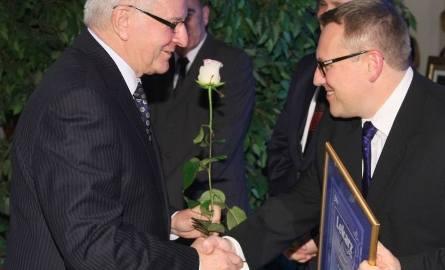 Drugiemu w Kielcach doktorowi Wacławowi Berensowi gratuluje Paweł Strząsała, dyrektor wydziału zdrowia publicznego Urzędu Wojewódzkiego.