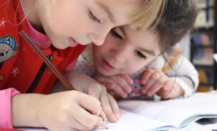 Zdaniem Joanny Wargin-Torchała gdy szkoła naucza czego innego niż dziecko uczy się w domu, tworzą się warunki do rozwoju konfliktu rodzinnego