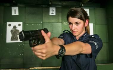 Decydując się na służbę w policji, kobiety muszą zrezygnować z wielu rzeczy, choćby takich jak sukienki i obcasy. W pracy zakładają mundur, przypinają