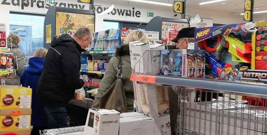 Święta 2018. Ile trzeba czekać w kolejce do kasy w sklepiku, dyskoncie i hipermarkecie?