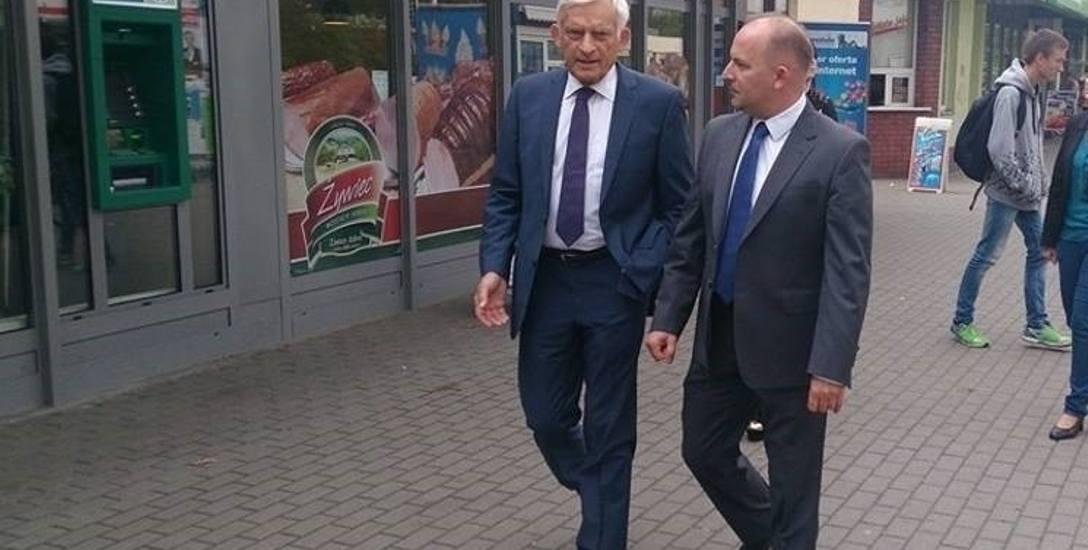 Robert Węgrzyn zna się z wieloma ważnymi politykami. Tu z Jerzy Buzkiem na ul. Wojska Polskiego w Kędzierzynie.