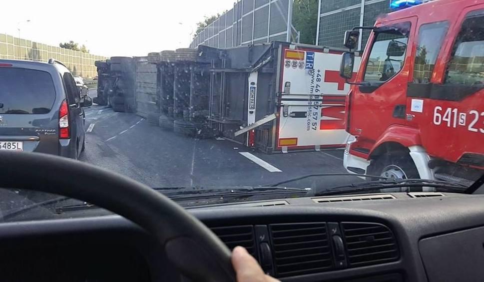 Film do artykułu: Wypadek w Tychach na DK1. Przewrócił się TIR i blokuje trasę