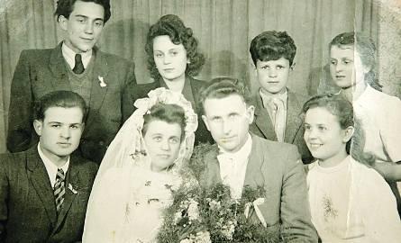 Żagań 1949. Ślub Stanisławy Pucher z Władysławem Krukiem. Obok pary siedzą Aniela i Władek, stoją Janek i Weronika.