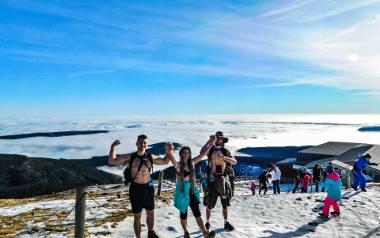 Weszli na Śnieżkę w samych szortach! Na szczycie żaranin Mateusz Karbowy zrobił ludzką flagę nad przepaścią