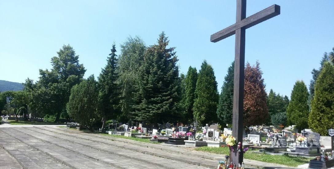 Cmentarz komunalny w kamienicy to największa nekropolia w Bielsku-Białej. Znajduje się tutaj około 20 tysięcy grobów