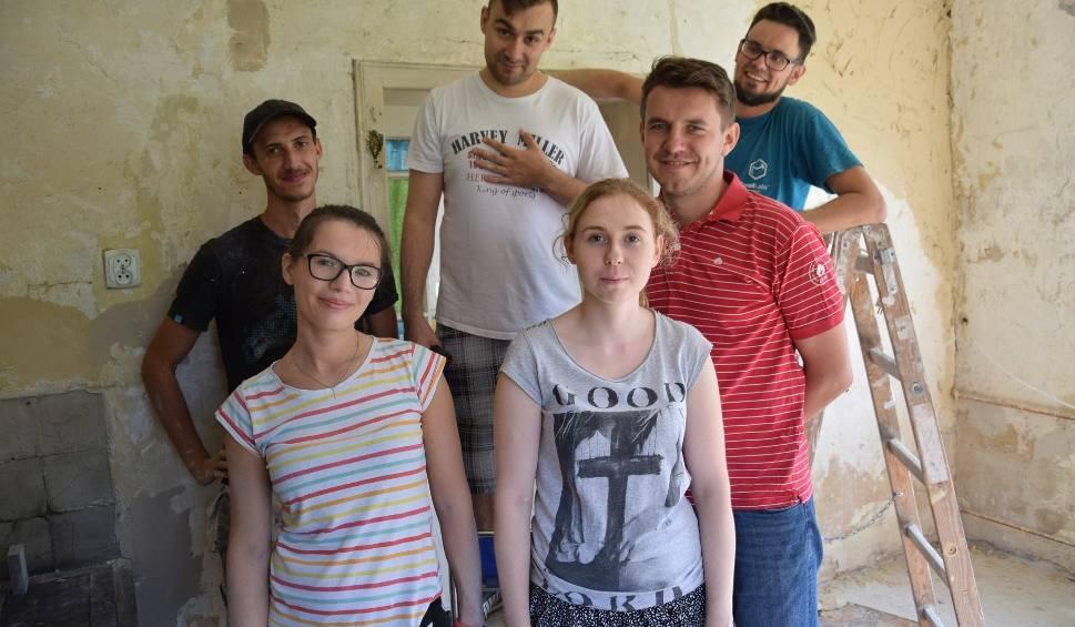 Film do artykułu: Wolontariusze z Olesna malują świat. Potrzebna jest im pomoc