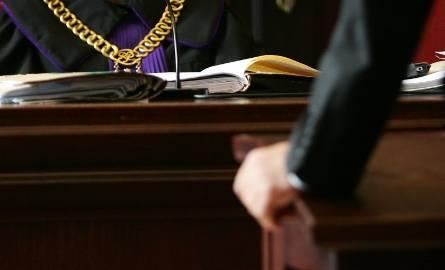 Prokuratura oskarżyła Rościsława B., lekarza prowadzącego. Do winy się nie przyznaje. Podkreślił, że nadzór nad pacjentką był prowadzony przez zespół