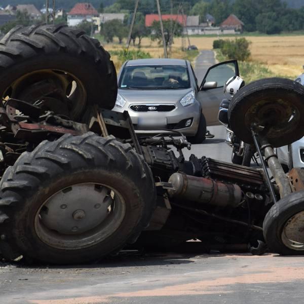 Tragedia w Wysokiej niedaleko Góry św. Anny. Traktor przewrócił się na dach. Kierujący nim rolnik zginął na miejscu.