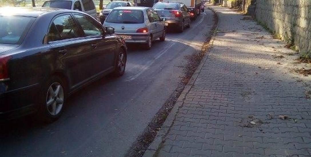 Korki były spowodowane małymi naprawami na drodze krajowej.  Przejechanie 100 metrów zajmowało 20 minut - mówią kierowcy