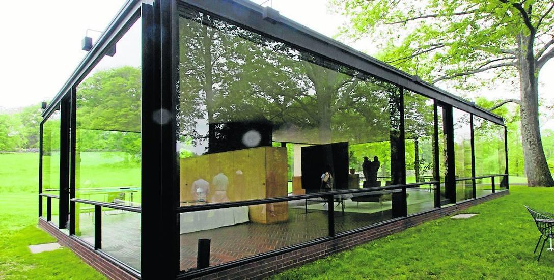 Szklany Dom jest piękną, prostą bryłą. Pytanie, czy da się mieszkać, będąc wciąż na widoku?