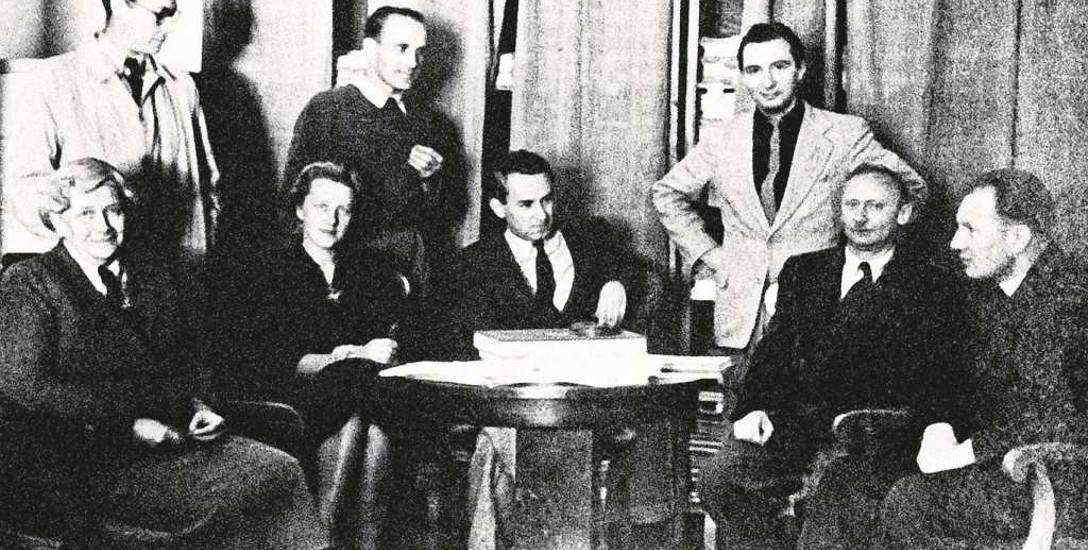 """Zespół """"TP"""" (1953 r.) - siedzą od lewej: Zofia Starowieyska-Morstinowa, Józefa Golmont (Hennelowa), Jerzy Turowicz, Stefan Kisielewski, ks. Andrzej Bardecki."""