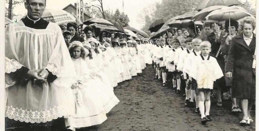 Uroczystości religijne w Pelagowie k. Radomia z udziałem ks. Romana Kotlarza, lata 60. lub 70. XX wieku