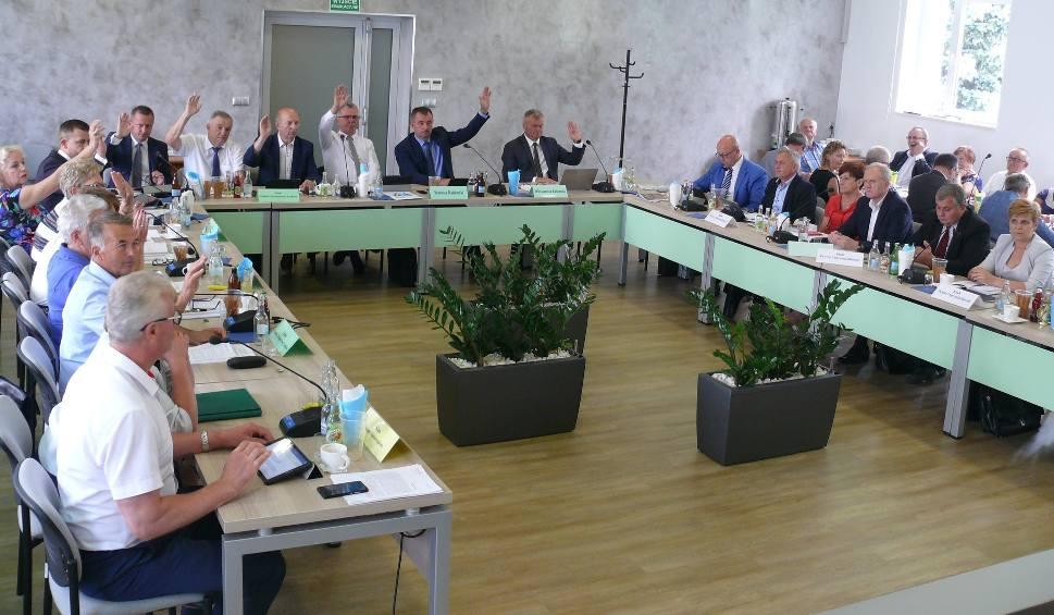 Film do artykułu: Powiat radomski. Zarząd powiatu radomskiego z przegłosowanym absolutorium. Miały być pieniądze na ścieżki, szpital, inwestycje...