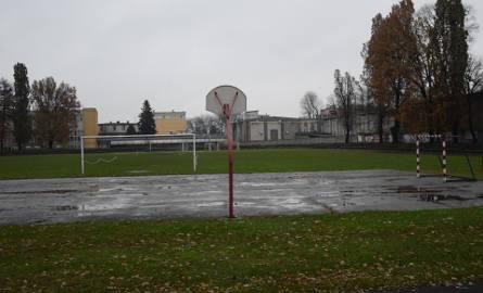 Stan stadionu sportowego przy ul. Piekarskiej w Jarosławiu nie zachęca młodzieży do uprawiania sportu.