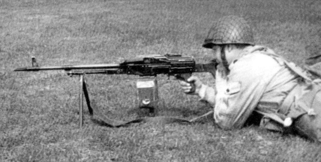 Józef Maria Ruszar, autor wspomnień z LWP, z przydzielonym karabinem ukm PK. Waga broni wraz z podstawą i magazynkami wynosiła około 25 kilogramów. Marsz