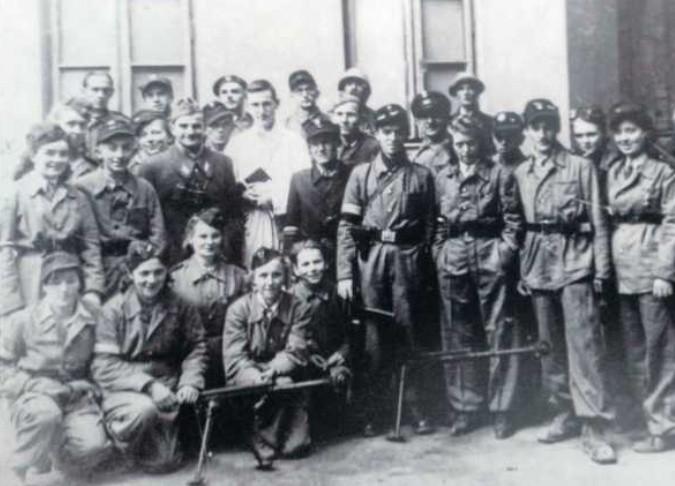Byliśmy tacy młodzi - mówi pani Krystyna Jaroszewicz (stoi pierwsza z lewej).