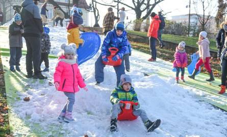 Dla dzieci możliwość zjeżdżania po śniegu było nie lada atrakcją.