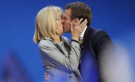 Miłość Brigitte i Emmanuela narodziła się w miasteczku Amiens. Ona była wtedy nauczycielką, on zaś jej uczniem. Romans skutecznie ukrywali przed oto