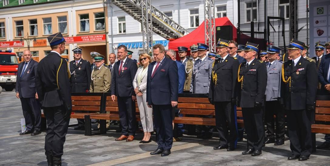 Na placu w roli głównej występował wiceminister Jarosław Zieliński. W pierwszym rzędzie, prócz strażaków, siedziały też inne osoby związane z PiS, w