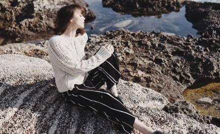 pokazała bardzo ciekawą stylizację w pięknej scenerii. Nam szczególnie spodobała się biżuteria.