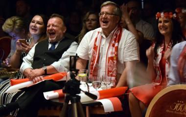 Choć Bronisław Komorowski emocje demonstrował umiarkowanie, to jednak mecz przeżywał. Gdy straciliśmy drugą bramkę, złapał się za głowę, a gol Krychowiaka