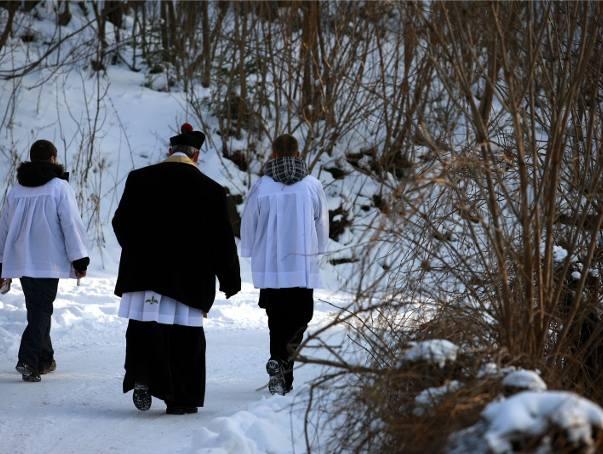 Ksiądz chory, więc po kolędzie chodziły kościelna i kucharka. Święciły domy i zbierały koperty