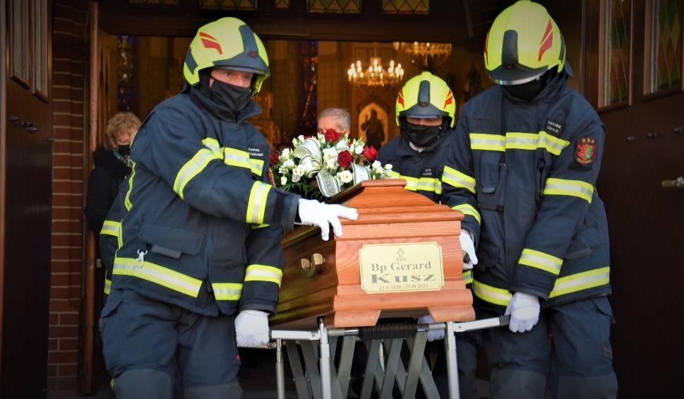 Film do artykułu: Dziergowice. Wierni pożegnali biskupa Gerarda Kusza. Jego ciało spoczęło w grobowcu przy kościele parafialnym