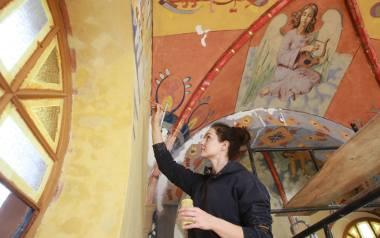Elżbieta Więcek-Lach, konserwator sztuki (w trakcie pracy): - Chcemy przywrócić walory estetyczne z czasu powstania kaplicy. Polichromia w najgorszym