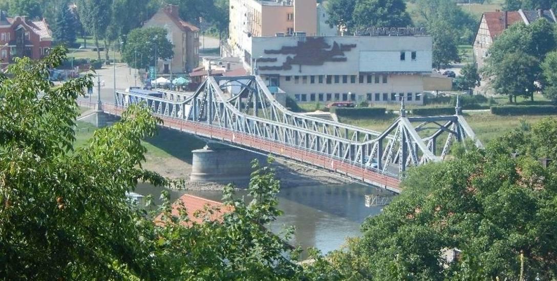 Zarówno zabytkowy most jak i Odra wciąż czekają na rozpoczęcie zaplanowanych wcześniej inwestycji z nimi związanych.