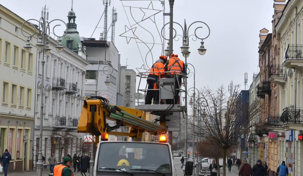 Film do artykułu: W Kielcach już święta. Rozpoczęli wieszanie ozdób (WIDEO, ZDJĘCIA)