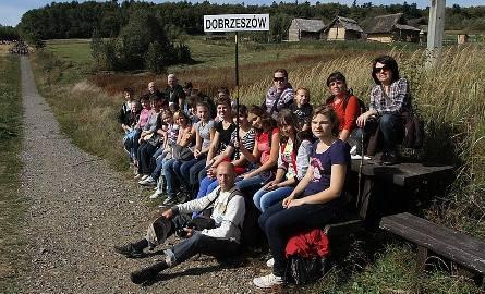 Grupa z parafii pod wezwaniem świętego Józefa Robotnika w Dobrzeszowie podczas odpoczynku na szlaku.