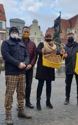 """Grudziądzanie związani z Ruchem Szymona Hołowni """"Polska 2050"""" postanowili zrobić coś oryginalnego i w Dniu Kobiet wręczali paniom oraz"""