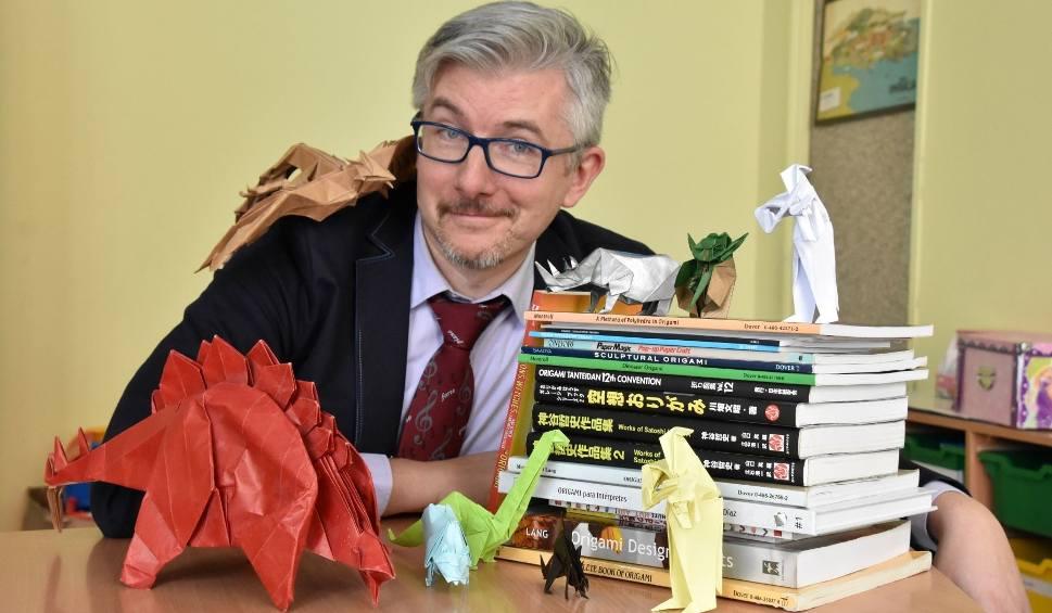Film do artykułu: Origami, czyli niezwykłe zaproszenie na Dzień Otwarty szkoły: Sławomir Kozłowski po mistrzowsku składa skrzypka!