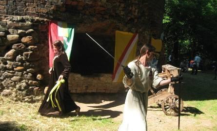 Brać rycerska podczas Rycerskich Spotkań pod Wieżą Głodową w Przewozie pokaże swoje umiejętności władania miecza.