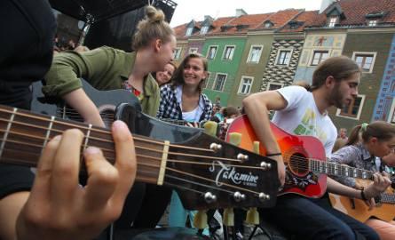 Happening gitarowy zawsze przyciąga kilkuset uczestników