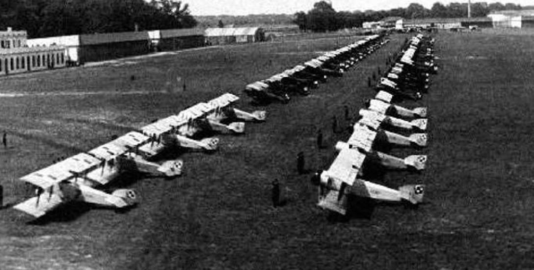 Prezentacja sprzętu lotniczego na dęblińskim lotnisku. Początek lat 30. XX wieku