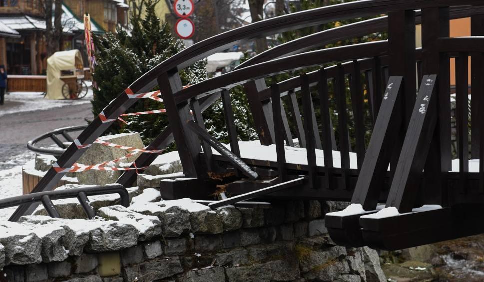 Film do artykułu: Zakopane. Mostek na oczku wodnym na Krupówkach rozpadł się [ZDJĘCIA]