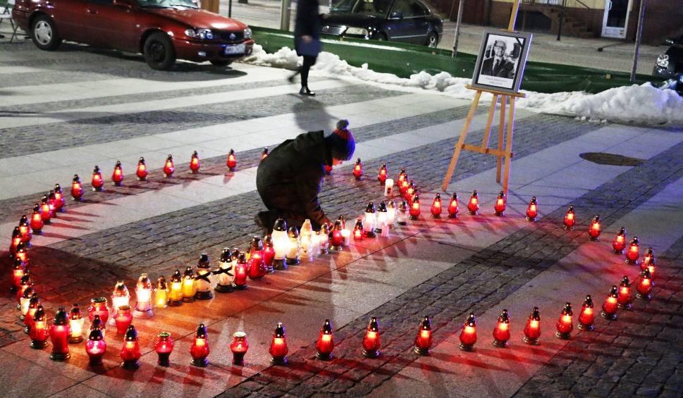 Film do artykułu: Maków Mazowiecki. Makowianie oddali hołd zmarłemu Pawłowi Adamowiczowi [ZDJĘCIA, WIDEO]