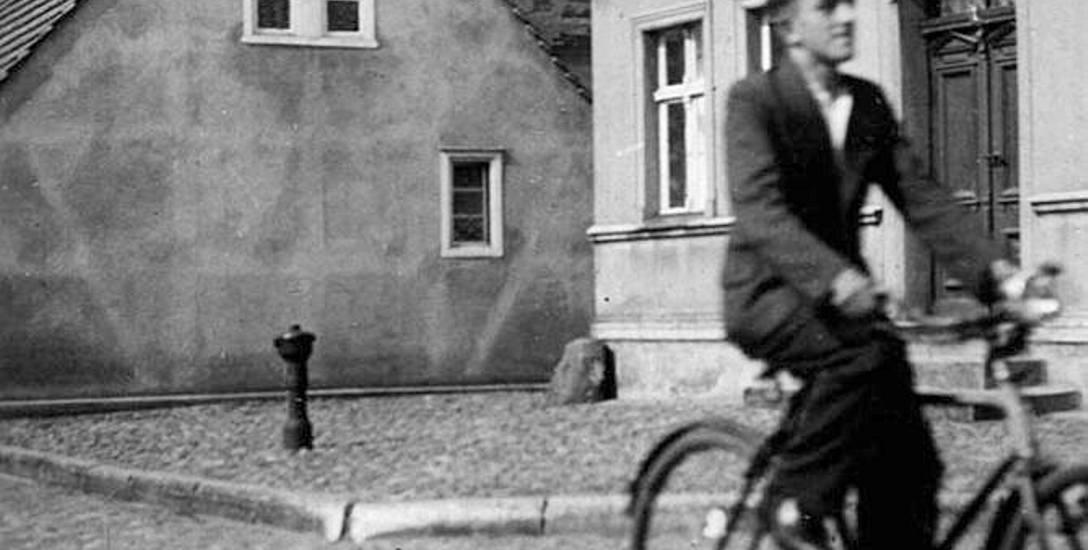 Jerzy Marchewicz lata 30. na rowerze na ulicy Wyścigowej