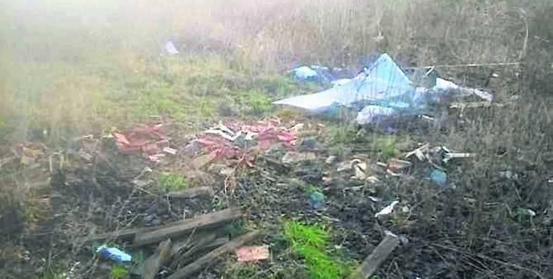 Śmieci, które od tygodni leżą w lesie w okolicy ul. Rybackiej
