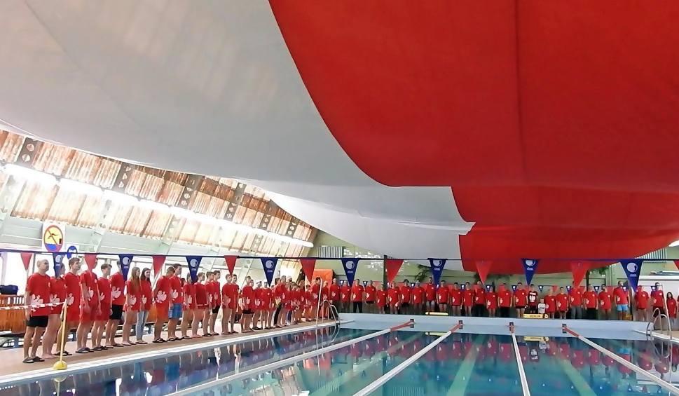"""Film do artykułu: Świnoujście. """"3x100"""" Stu pływaków przepłynie 100 km w 100. rocznicę Niepodległej"""