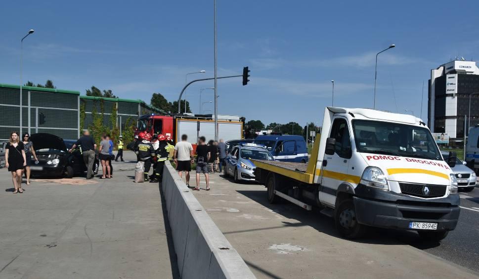 Film do artykułu: Wypadek na skrzyżowaniu przy Galerii Echo w Kielcach. Jedna osoba w szpitalu