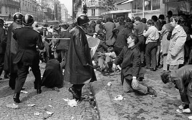 6 maja 1968, ulica Saint Jacques w Paryżu. Policjanci z brygady CRS używają pałek w trakcie starć z demonstrantami ze związku studentów UNEF