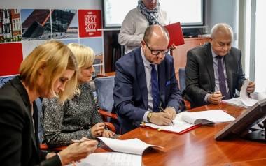 W piątek w Urzędzie Miejskim w Gdańsku podpisano umowy z trzema wybranymi w konkursie klinikami, które będą realizować program in vitro.