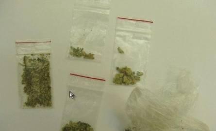 W rękawie kurtki sprytny motorowerzysta ukrył 13 gramów amfetaminy i marihuany.